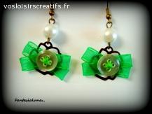 Boucles d'oreille nœuds ruban vert et fleur métal bronze.