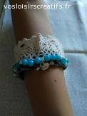 Bracelet  breloque  love ,perles brodees turquoise