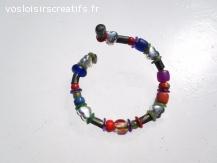 bracelet rigide à multiples perles peintes et perle coeur
