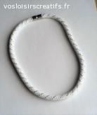 Collier résille tubulaire blanc fil argenté