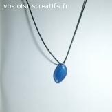 Collier résine bleu