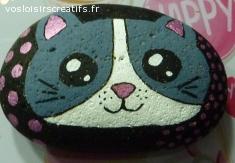 Galet peint à la main représentant un chat