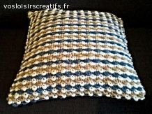 Coussin bi-matière blanc bleu beige