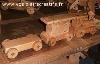 Petit train, jouets en bois, de création artisanale.