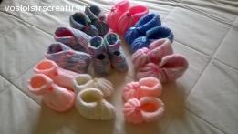 petits chaussons bèbè tricotés en laine aux aiguilles