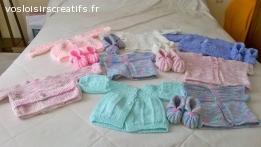 petits gilets et brassiéres tricotéés en laine aux aiguilles