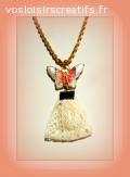 Collier ruban en dentelle écrue et perle papillon métal.